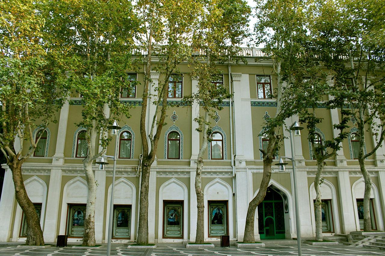 Музей азербайджанской литературы имени Низами Гянджеви, левый фасад