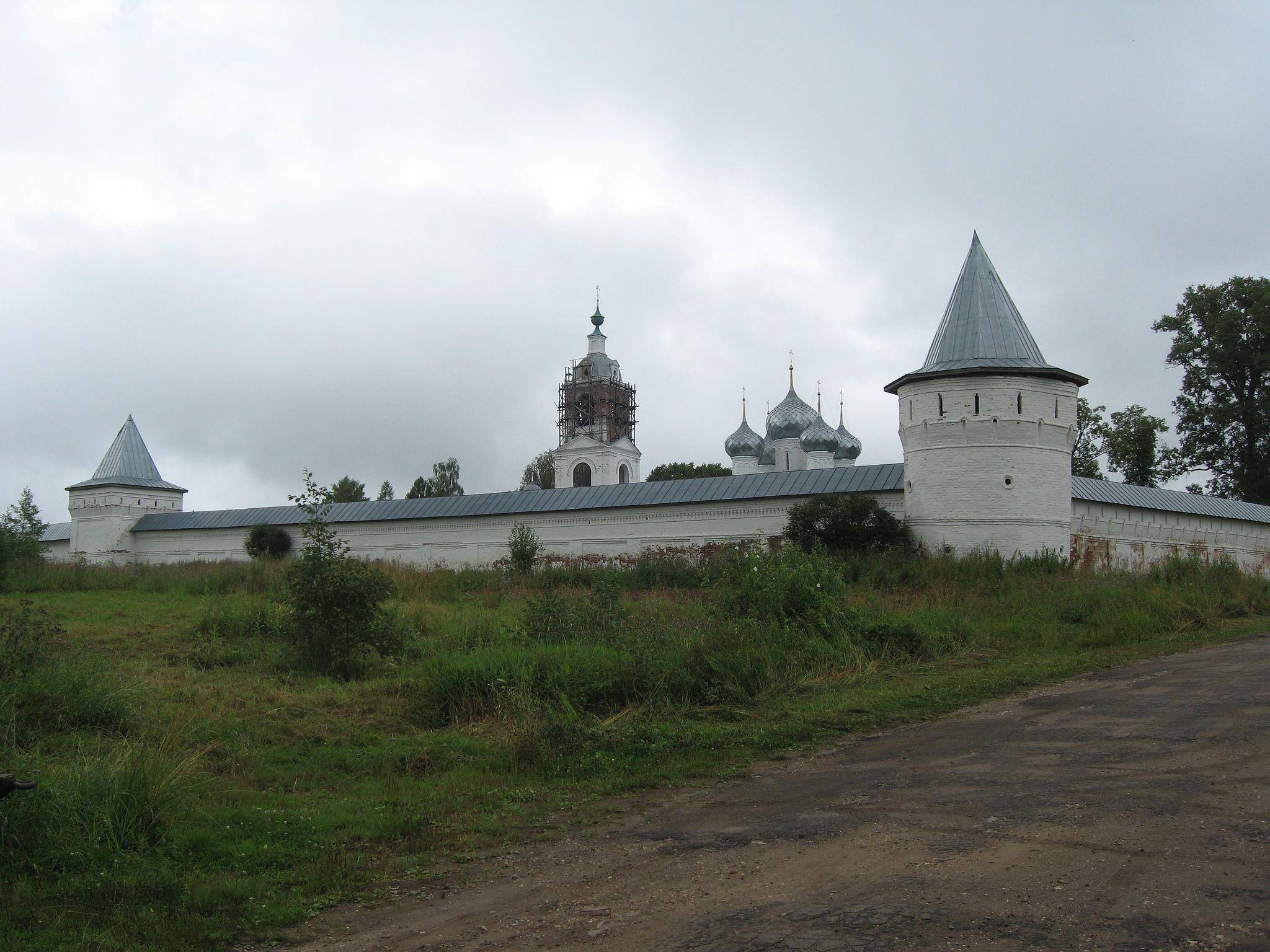 Стены Алексеевского монастыря в Угличе