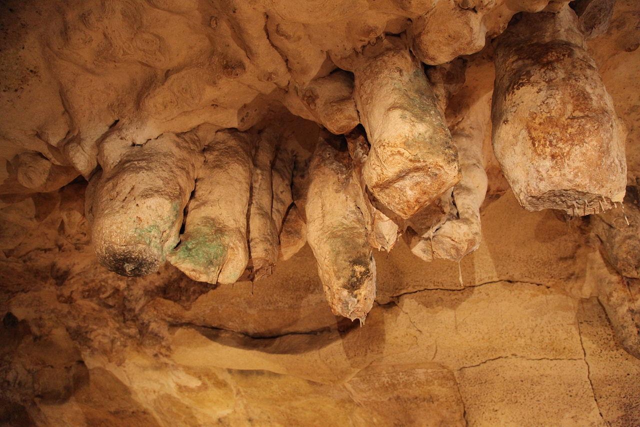 Пещера Гхар-Далам, сталагмитные образования