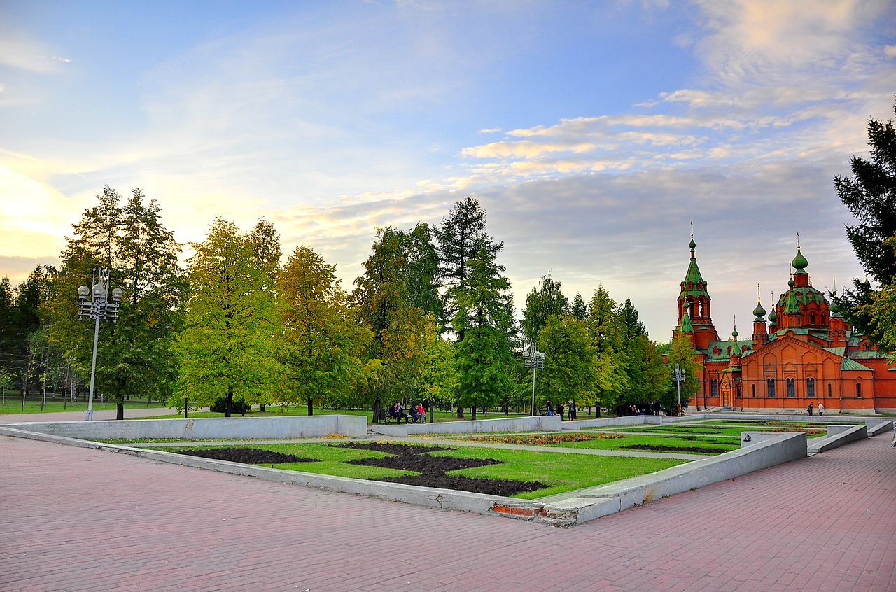 Сквер на Алом поле, вид на храм Александра Невского