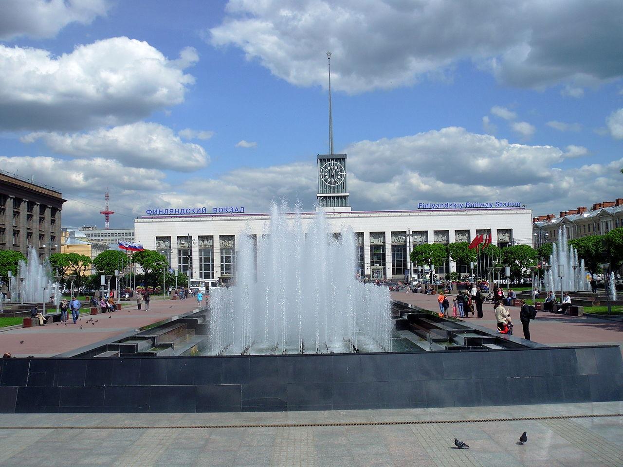 Финляндский вокзал и фонтан на площади Ленина, Санкт-Петербург