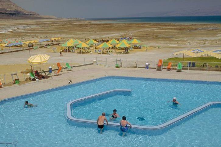 Файл:Бассейн с видом на Мертвое море в Эйн-Геди.jpg