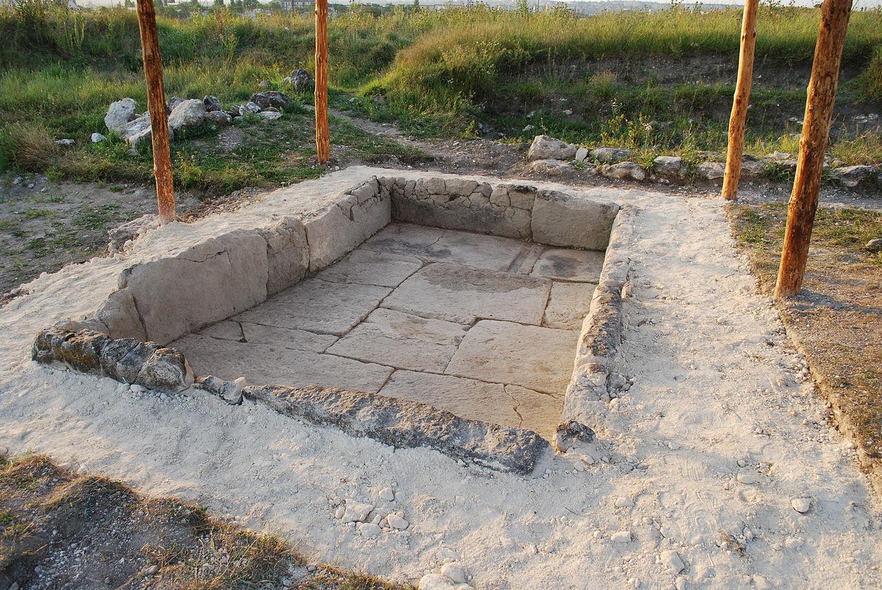 Остатки ритуального бассейна на территории Неаполя Скифского