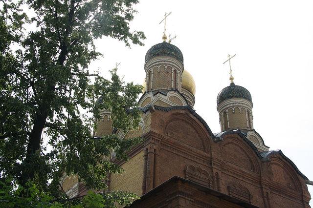 Церковь Знаменского монастыря рядом с музеем бояр Романовых, Москва.jpg