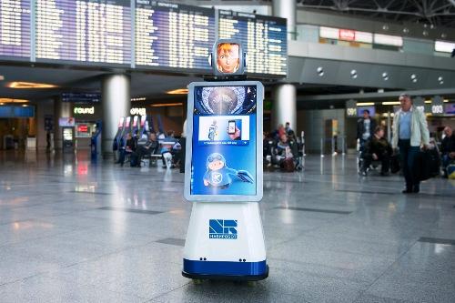 2 Пассажирам Внуково помогает говорящий робот.jpg