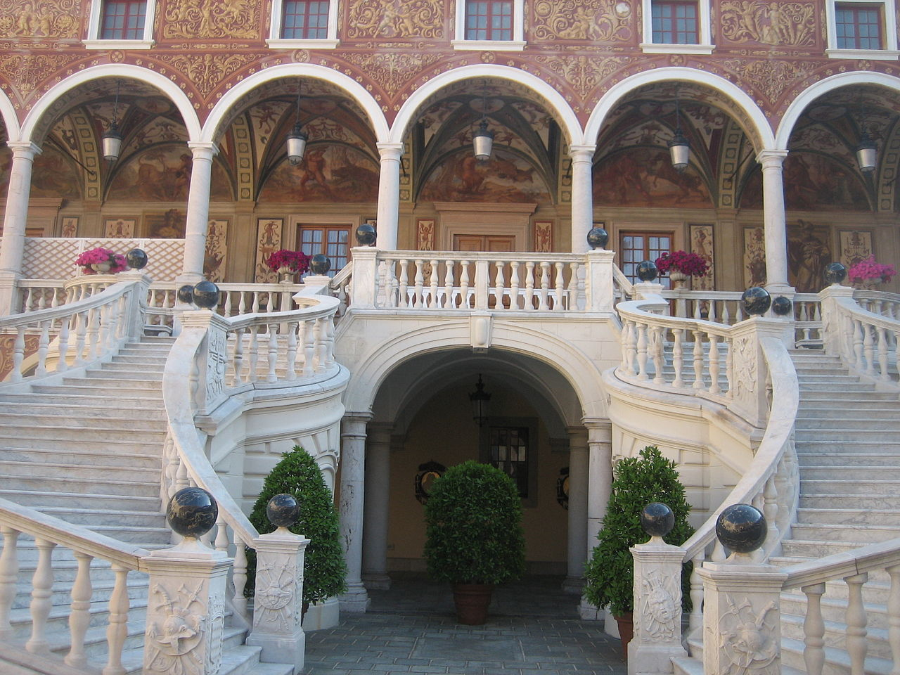 Княжеский дворец в Монако, лестница во внутреннем дворе