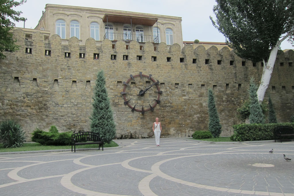 Часы на крепостной стене Ичери Шехер в Баку