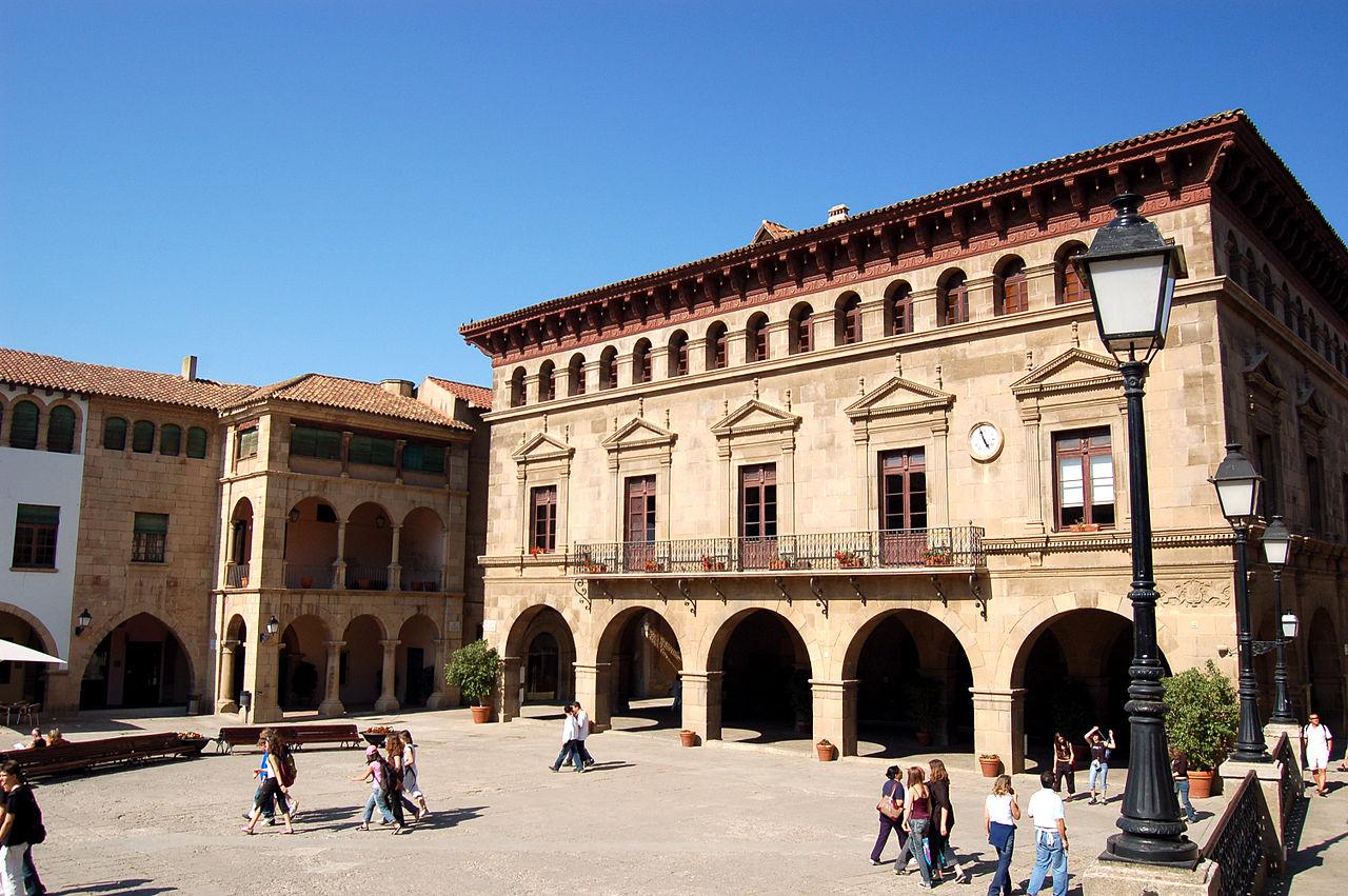 Испанская деревня, площадь
