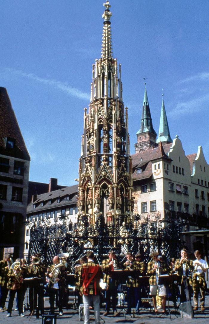 Красивый фонтан в главном рынке Нюрнберга