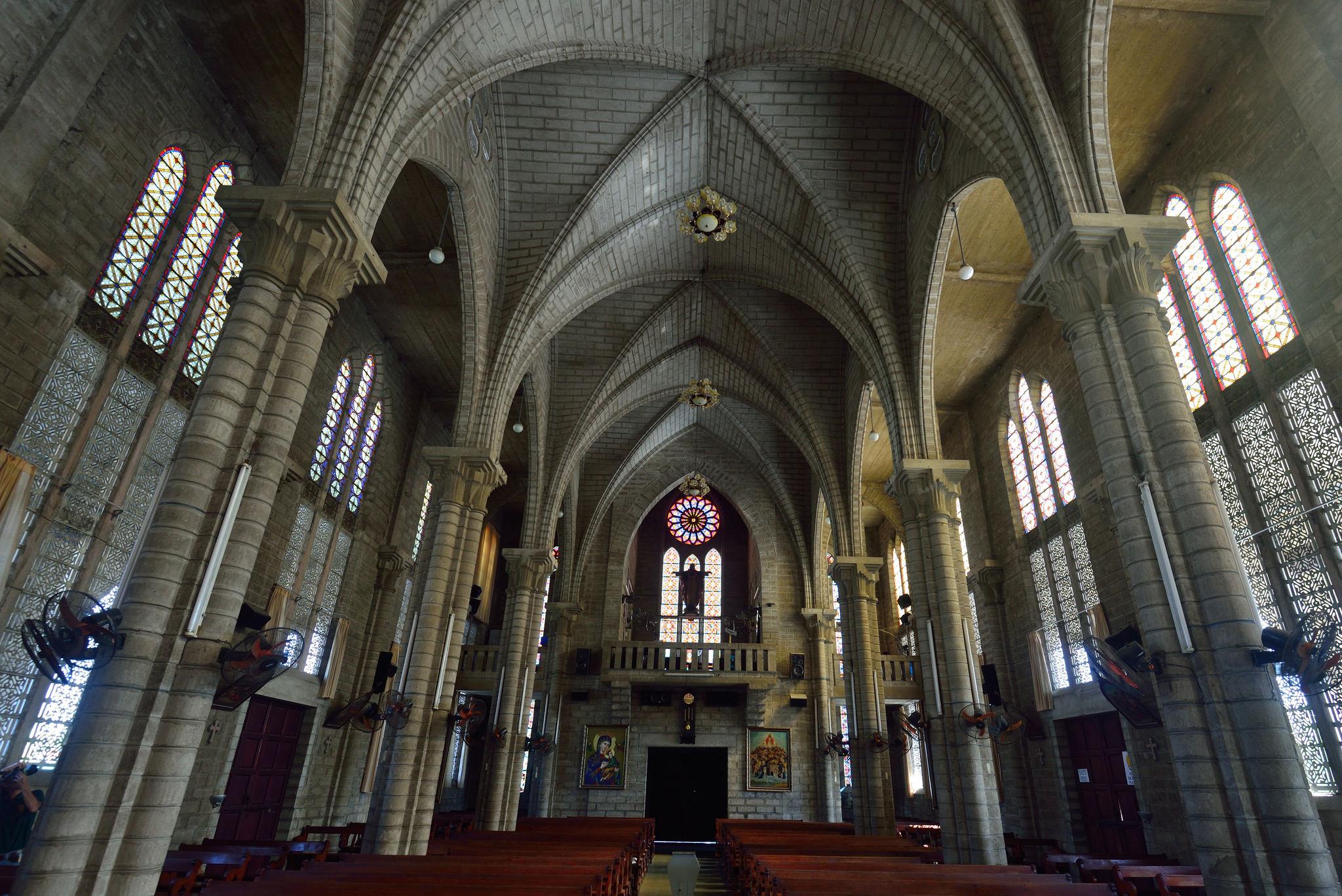 Кафедральный собор Нячанга, интерьер
