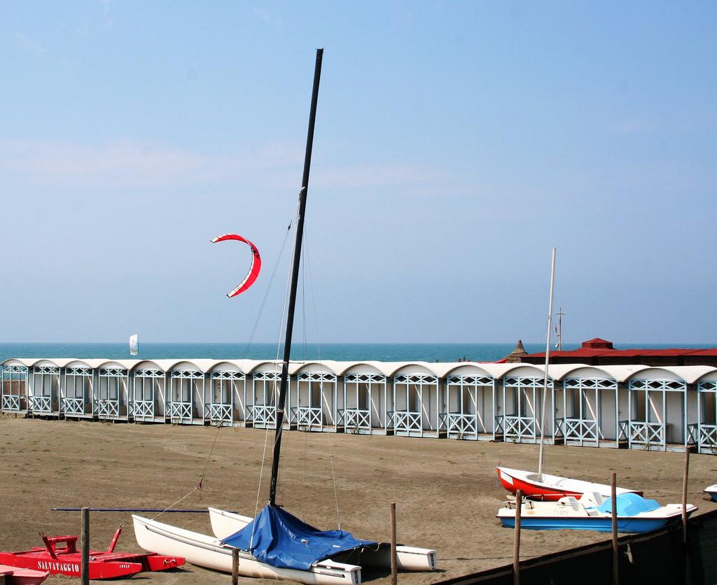 Пляж Остии, лодки и катамараны