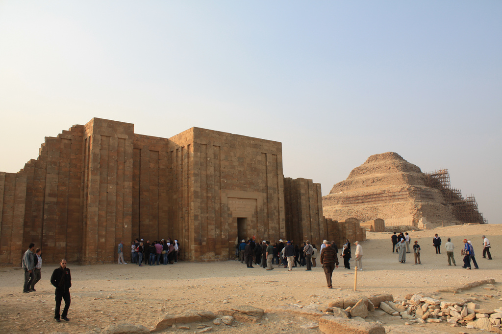 Туристы у пирамиды Джосера, Саккара