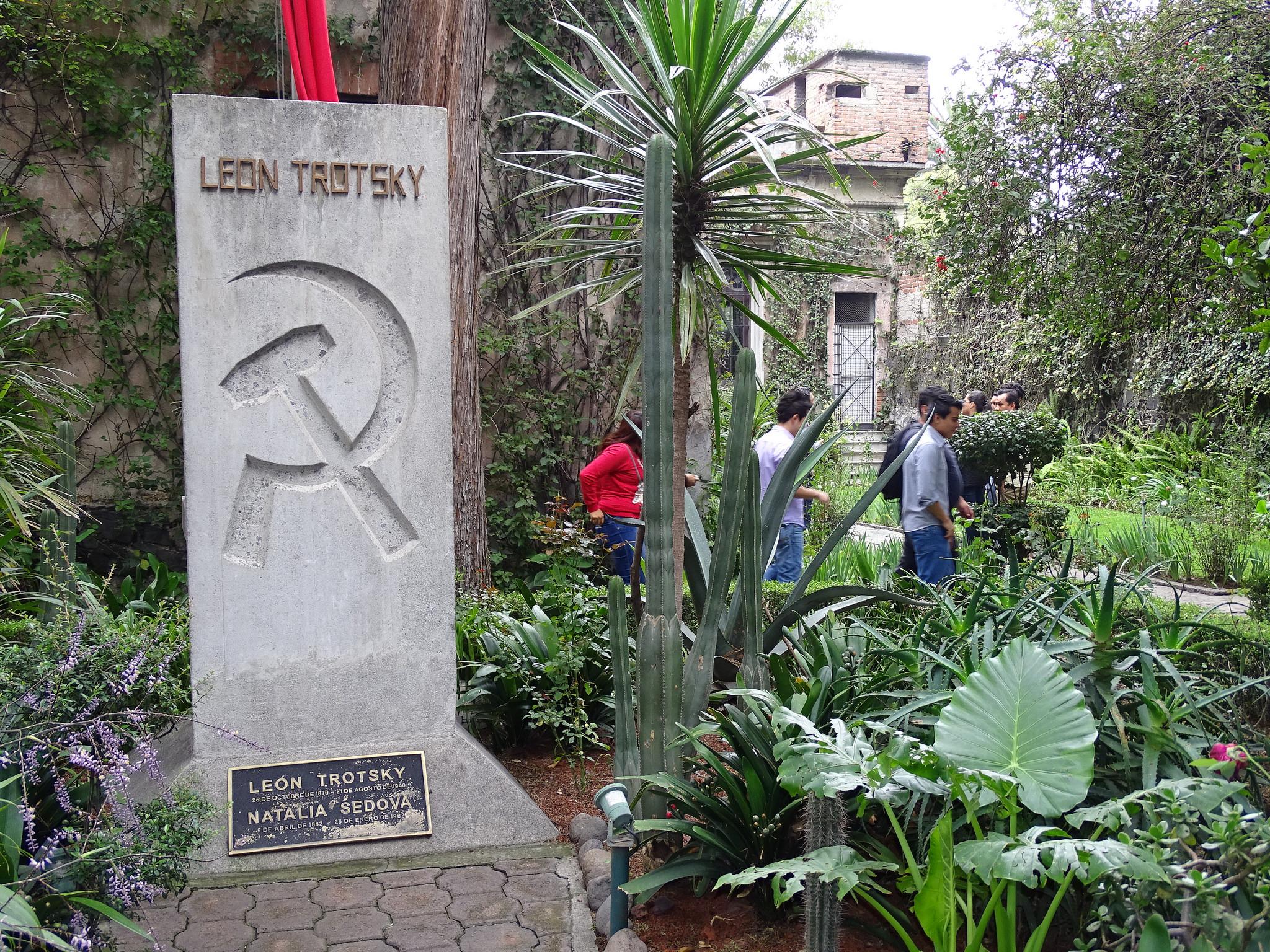 Дом-музей Троцкого, могила в саду