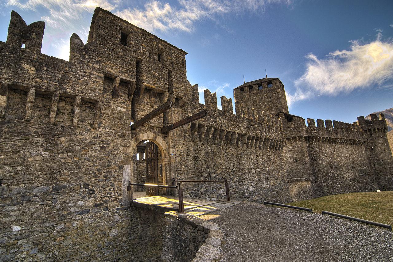Замок Монтебелло, главные ворота