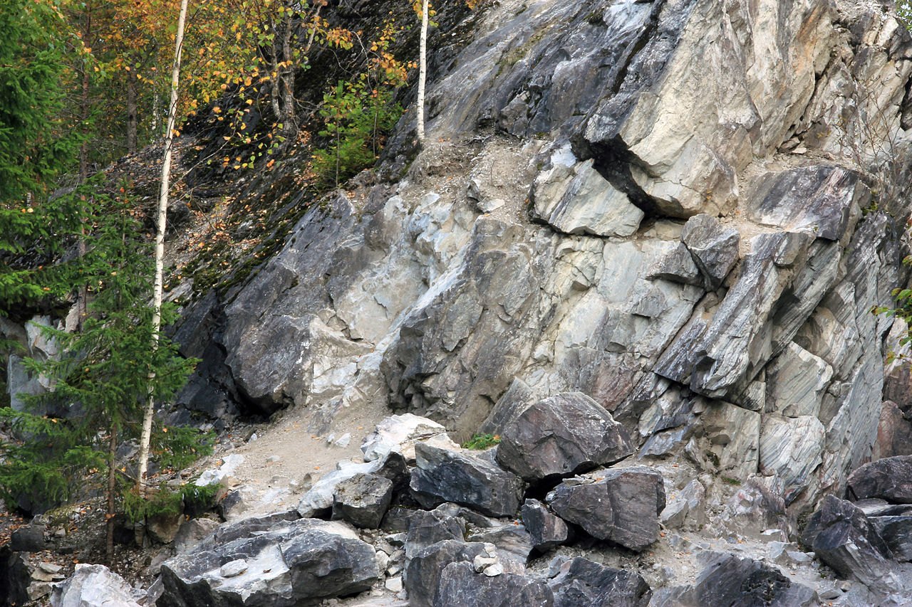 Рускеальский мраморный каньон, скалистый склон