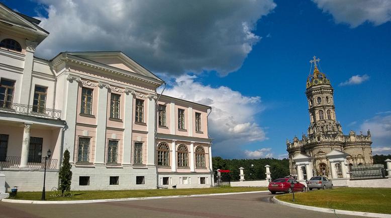 Усадебный дом Голицыных и Знаменский Храм