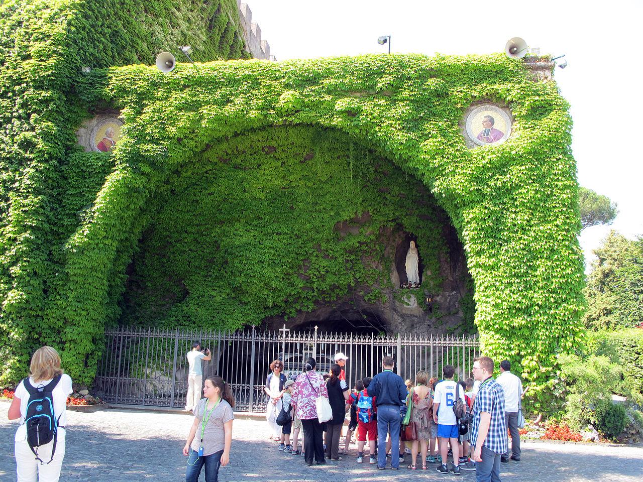 Ватиканские сады, грот Лурдес