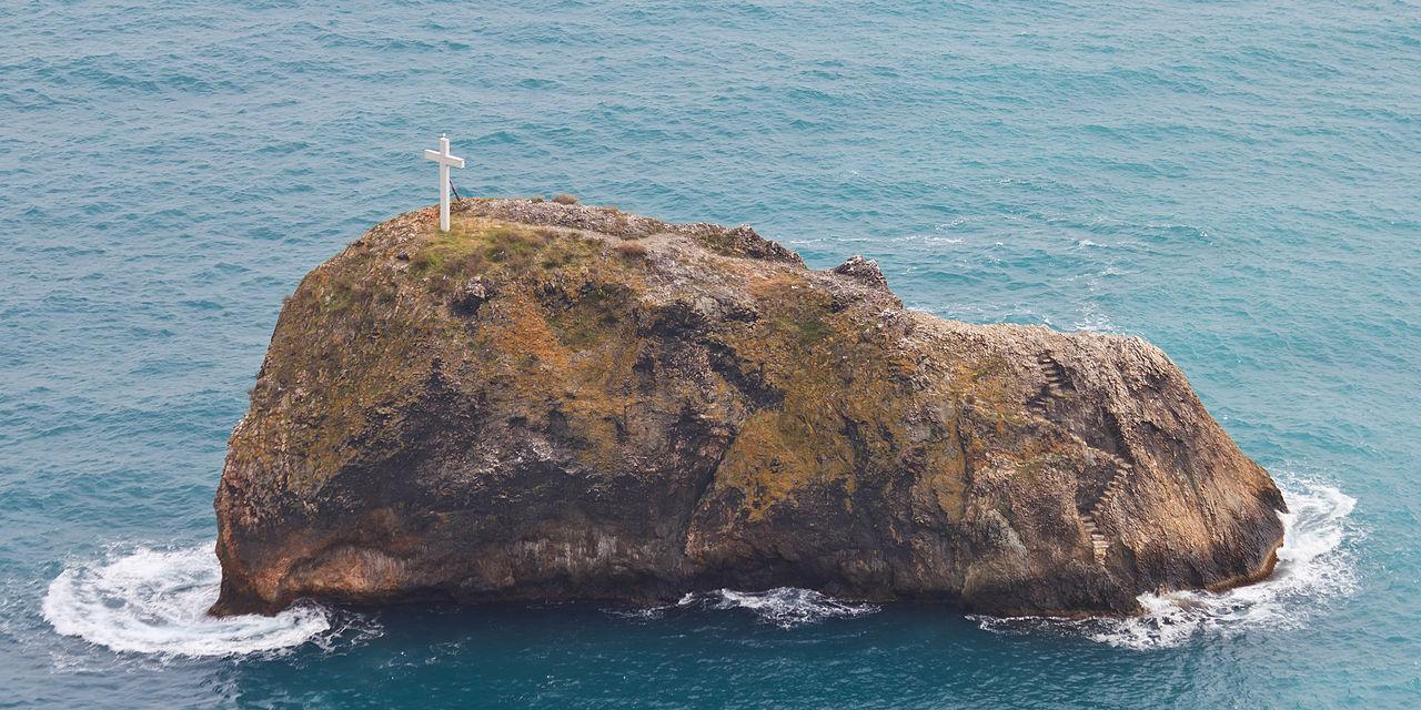 Вид на скалу с крестом близ Свято-Георгиевского монастыря у мыса Фиолент