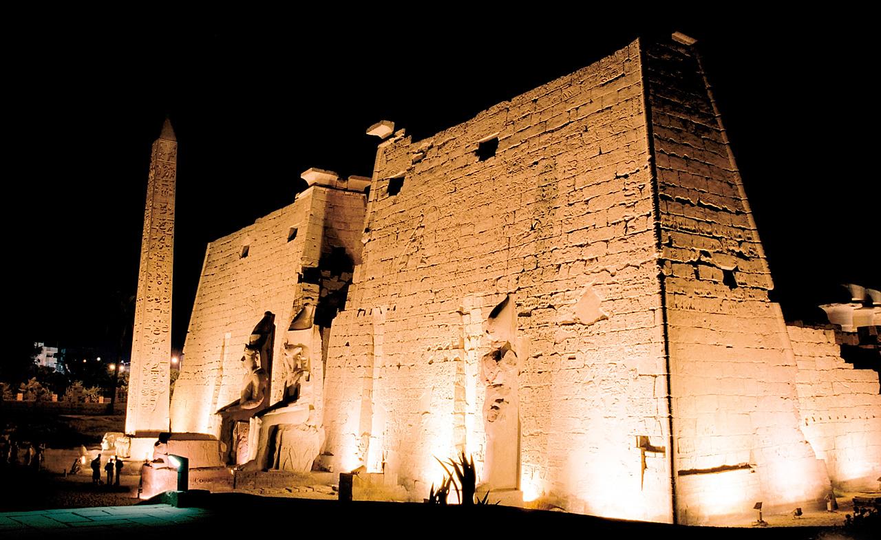 Пилоны и обелиск перед входом в Луксорский храм