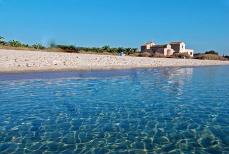 Спокойное и прозрачное море у берегов Сардинии.jpg