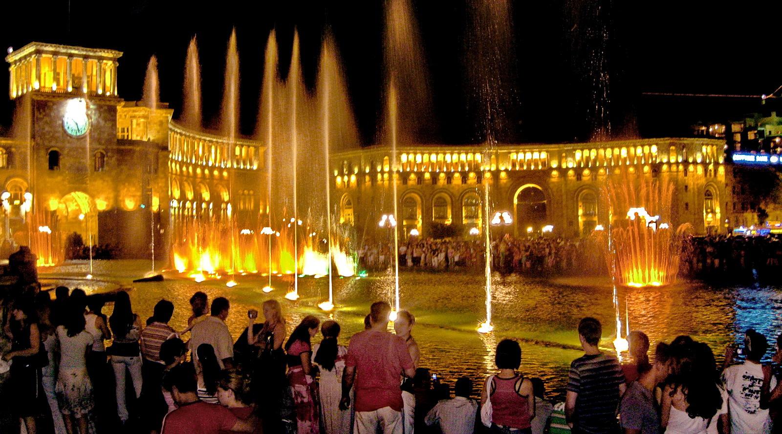 Поющие фонтаны Еревана вечером