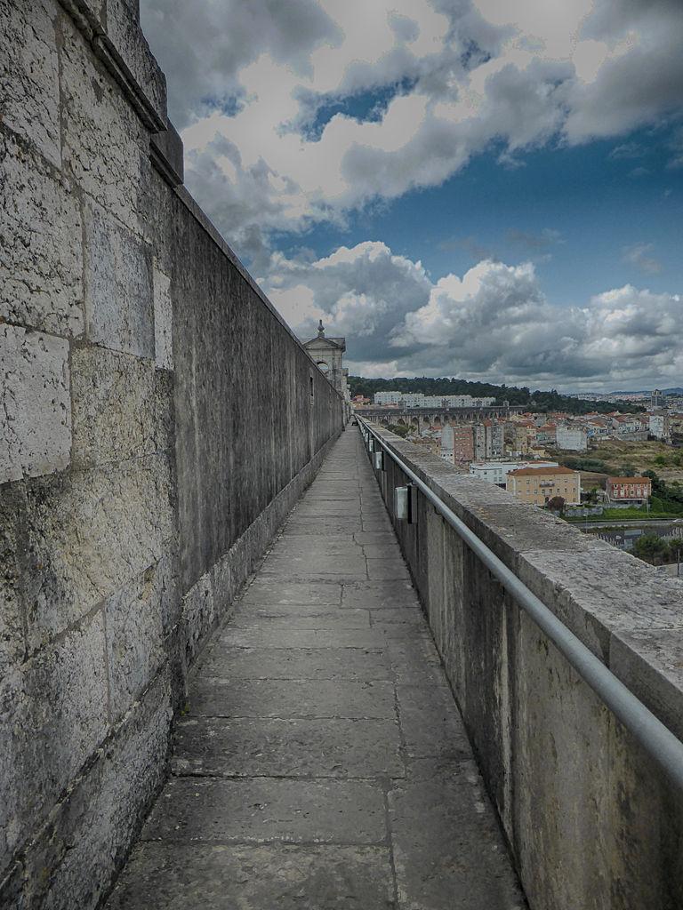 Акведук Агуаш-Либриш в Лиссабоне, северный тротуар