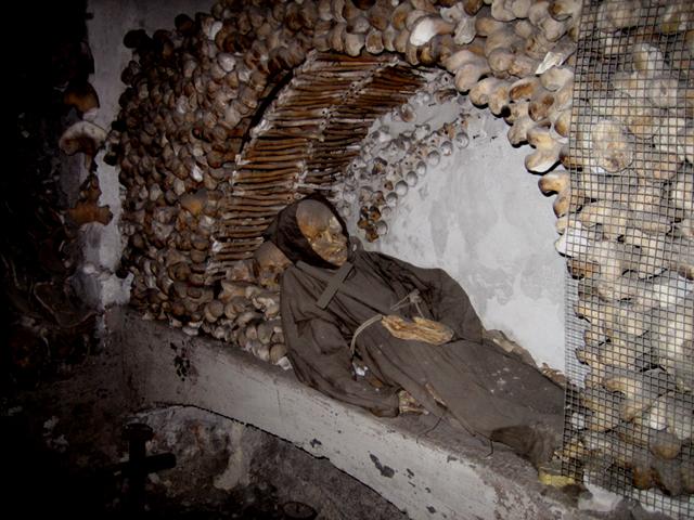 В катакомбах капуцинов, Палермо