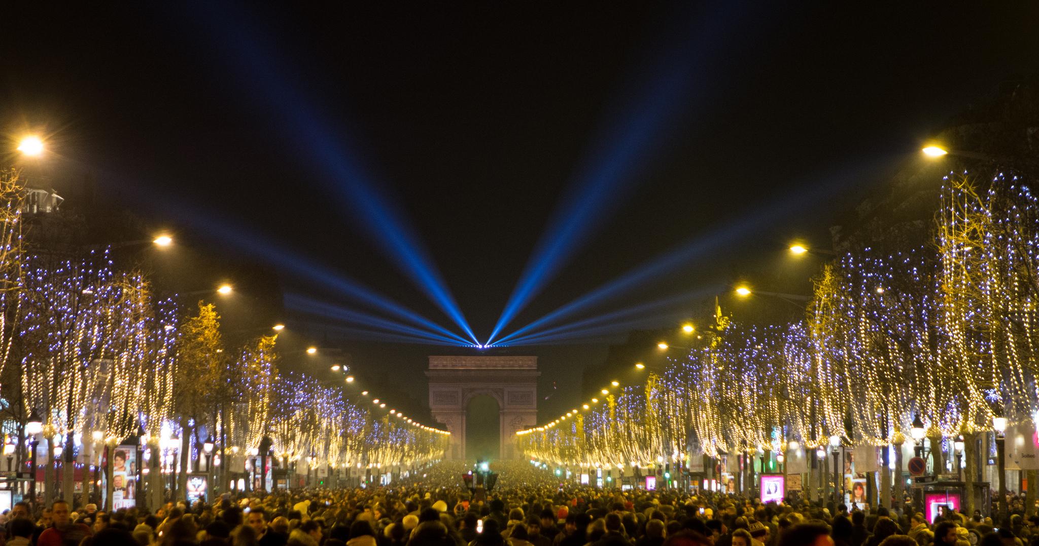 Новогодние огни Парижа