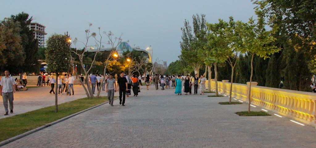 Вечерняя прогулка по приморскому бульвару, Баку