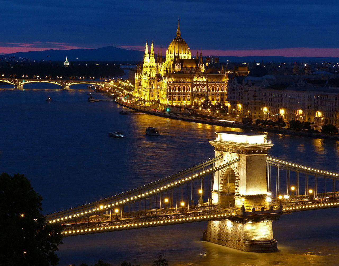 Здание венгерского парламента в вечернем освещении