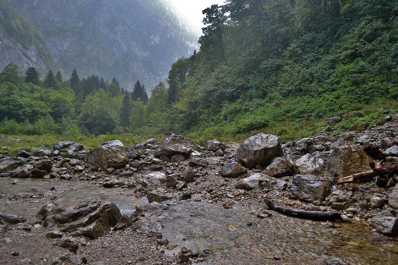 Гегский водопад, течение от истока