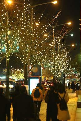 Гуляющие по украшенным к Рождеству улицам жители Южной Кореи.jpg