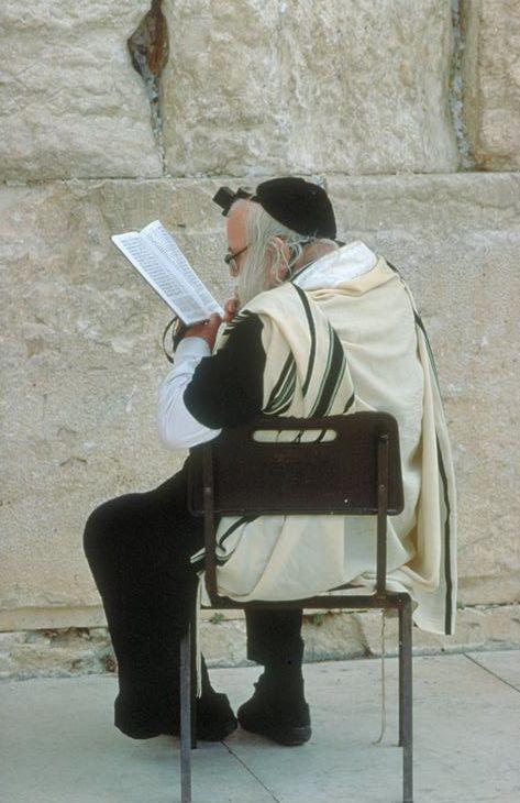 Еврей у Западной Стены в Иерусалиме