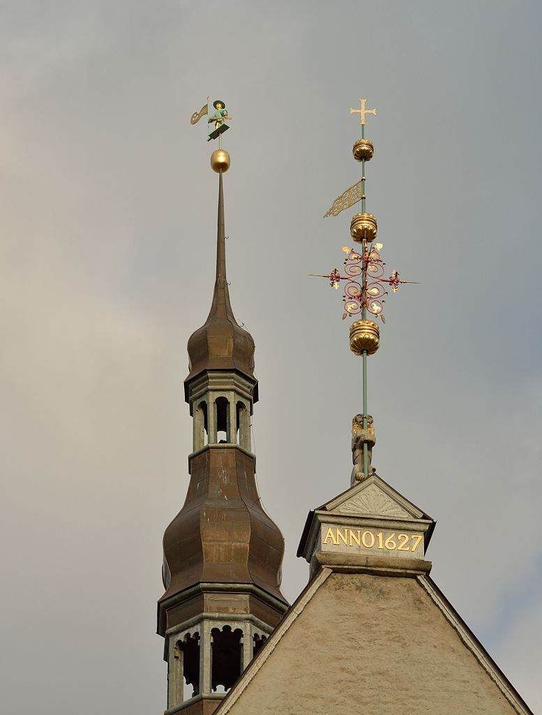 Таллинская ратуша, крыши и флюгеры