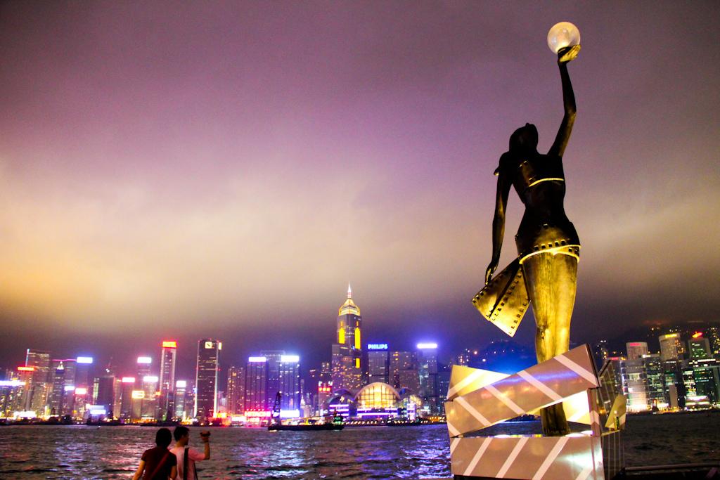 Аллея звезд в Гонконге, увеличенная копия статуэтки Гонконгской кинопремии