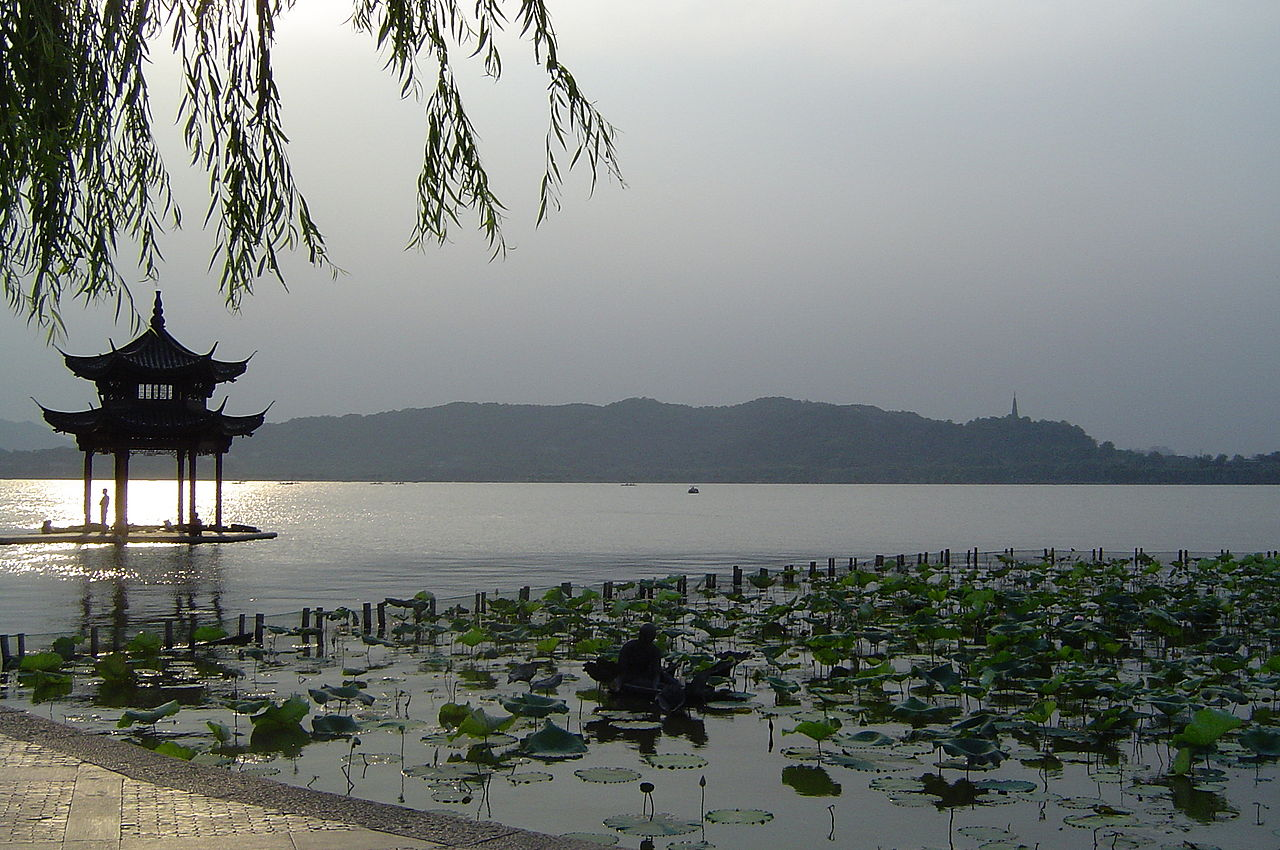 Сиху - пресноводное озеро в центре города Ханчжоу