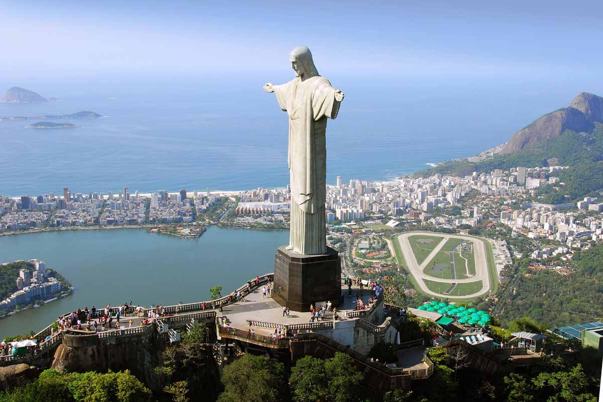 Вид с воздуха на Христа Искупителя в Рио-де-Жанейро, Бразилия