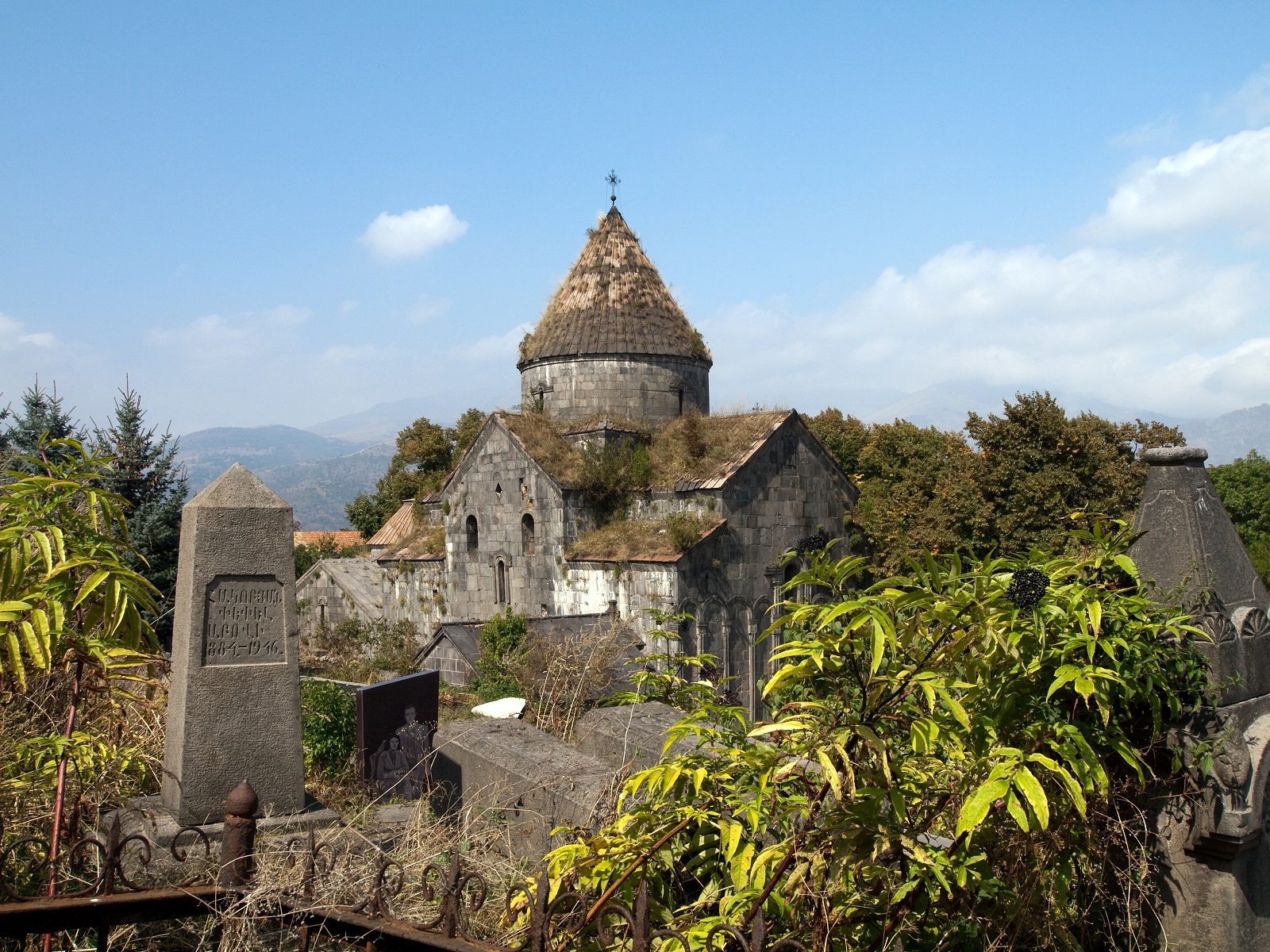 Вид на монастырь Санаин