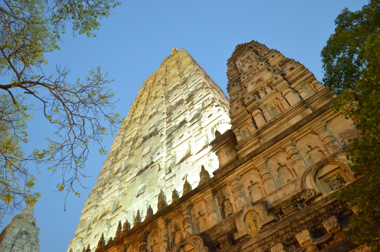 Храм Махабодхи в вечернем освещении