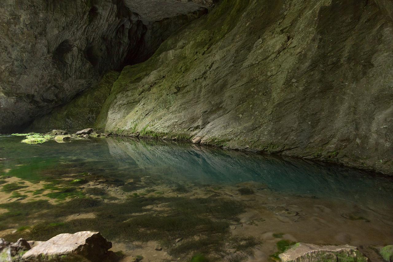 Шульган-Таш, Голубое озеро у подножия скалы