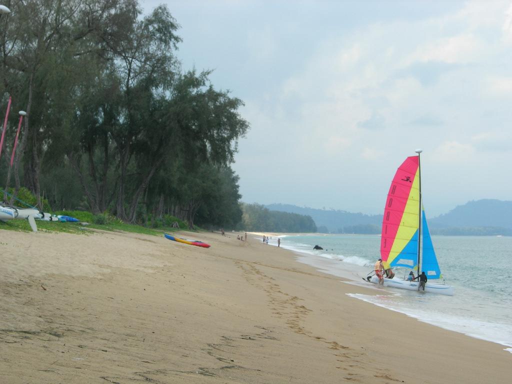 Пляж Май Кхао, Таиланд