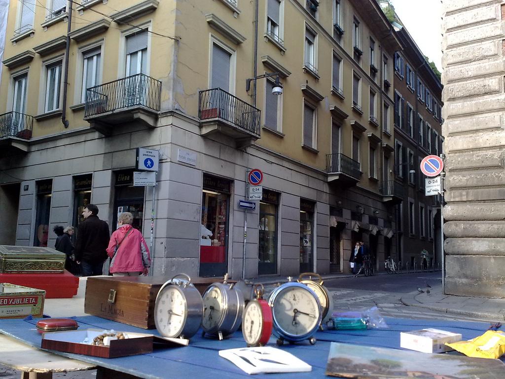 Продажа антиквариата на углу Виа Брера