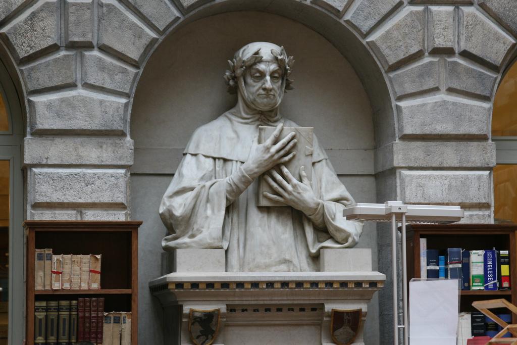 Статуя Петрарки в читальном зале библиотеки Марчиана