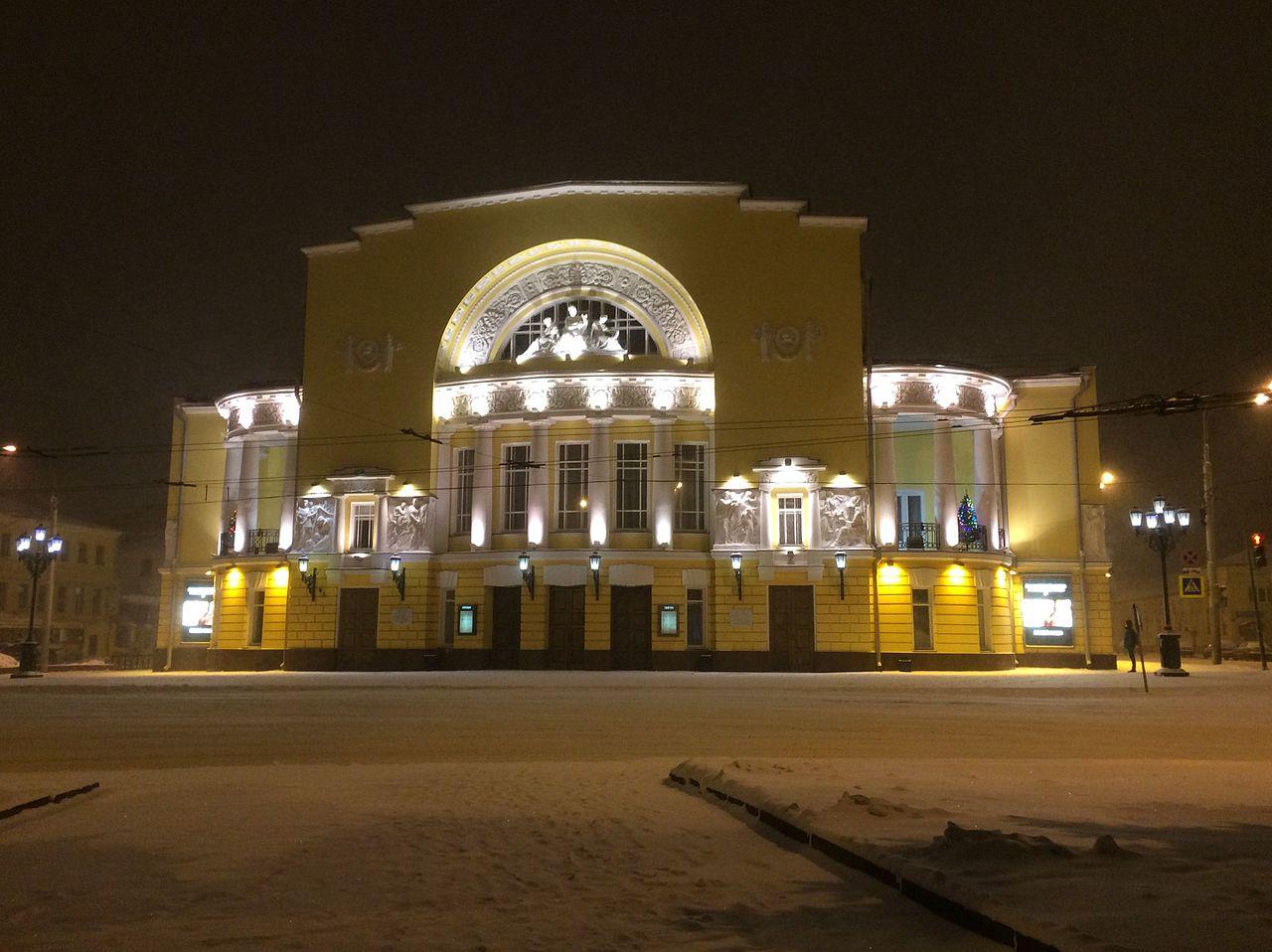 Театр драмы имени Фёдора Волкова вечером