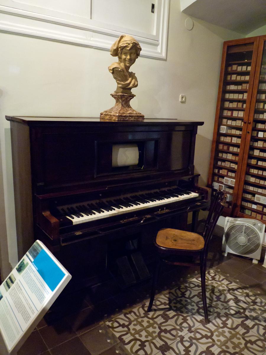 Дом-музей Гауди в Барселоне, пианино