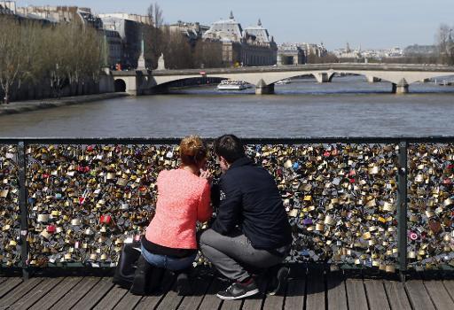 Мост искусств в Париже.jpg