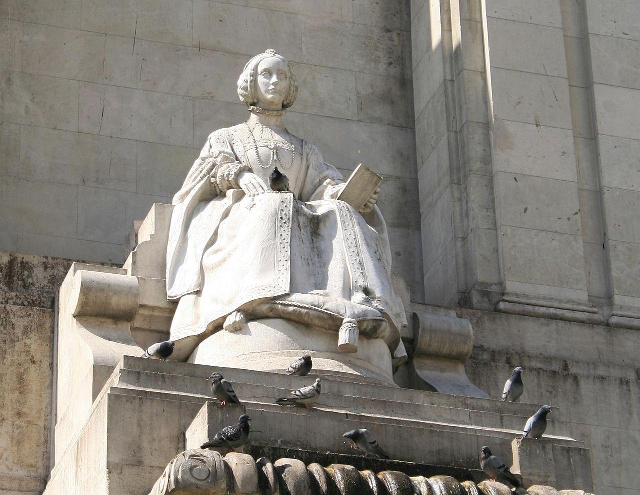 Памятник Мигелю де Сервантесу, статуя королевы Изабеллы Португальской