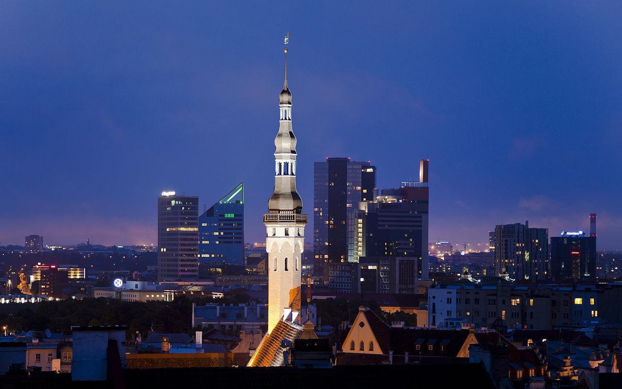 Таллинская ратуша и вечерний город