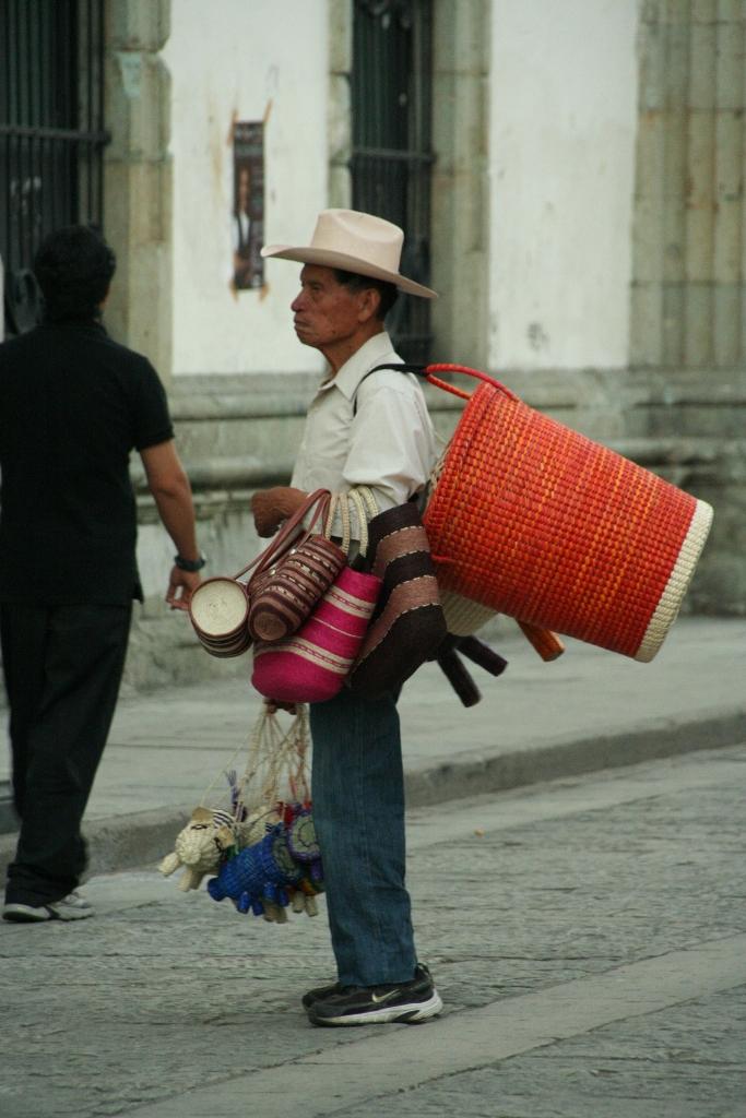 Продовец ремесленных поделок Оахака.JPG
