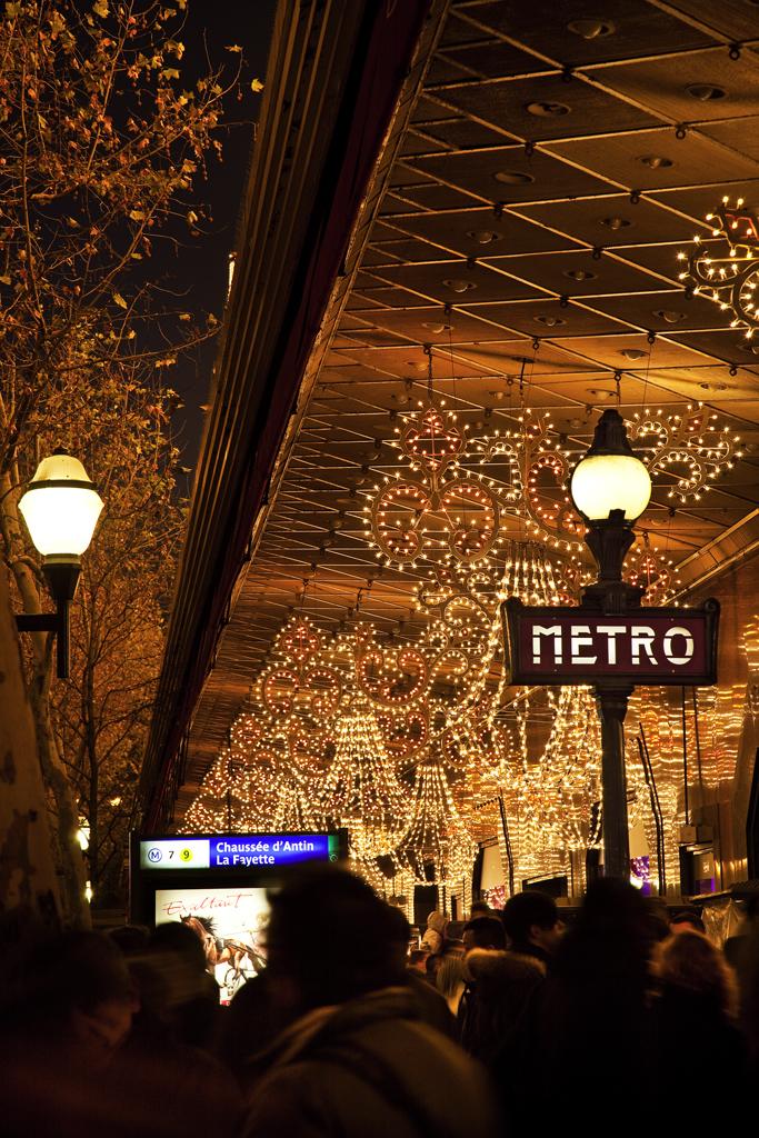 Парижское метро в Новый год.jpg